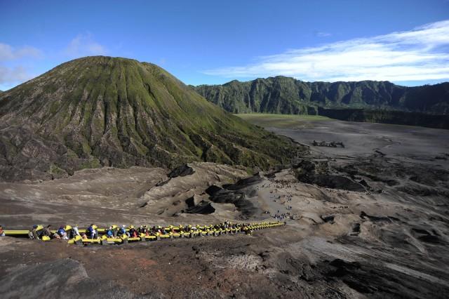 Cảnh quan nhìn từ miệng núi lửa Bromo ở Indonesia