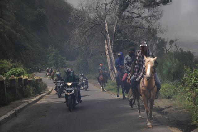 Cung đường núi hiểm trở trên dãy Tengger ở Indonesia