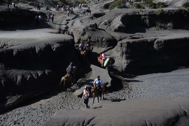 Biển cát đen ở chân núi Bromo ở Indonesia
