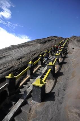 Bậc thang dẫn lên miệng núi lửa Bromo