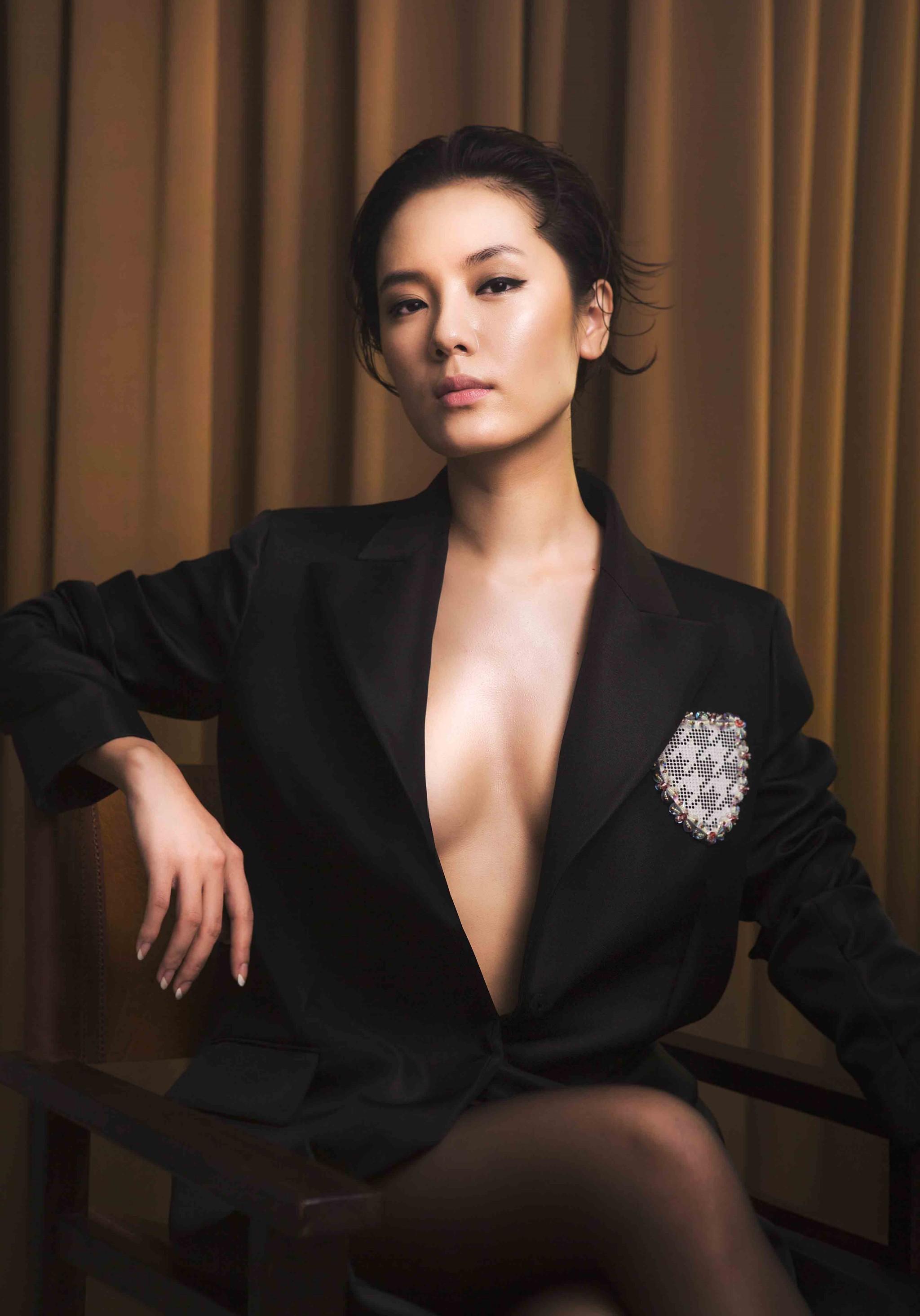 Ca sĩ Phương Linh hát nhạc dance
