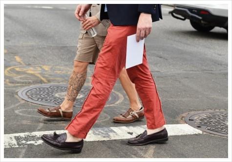 Cách kết hợp giày mọi với quần shorts