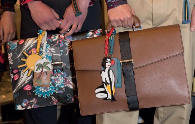 Túi xách họa tiết hoa của Prada