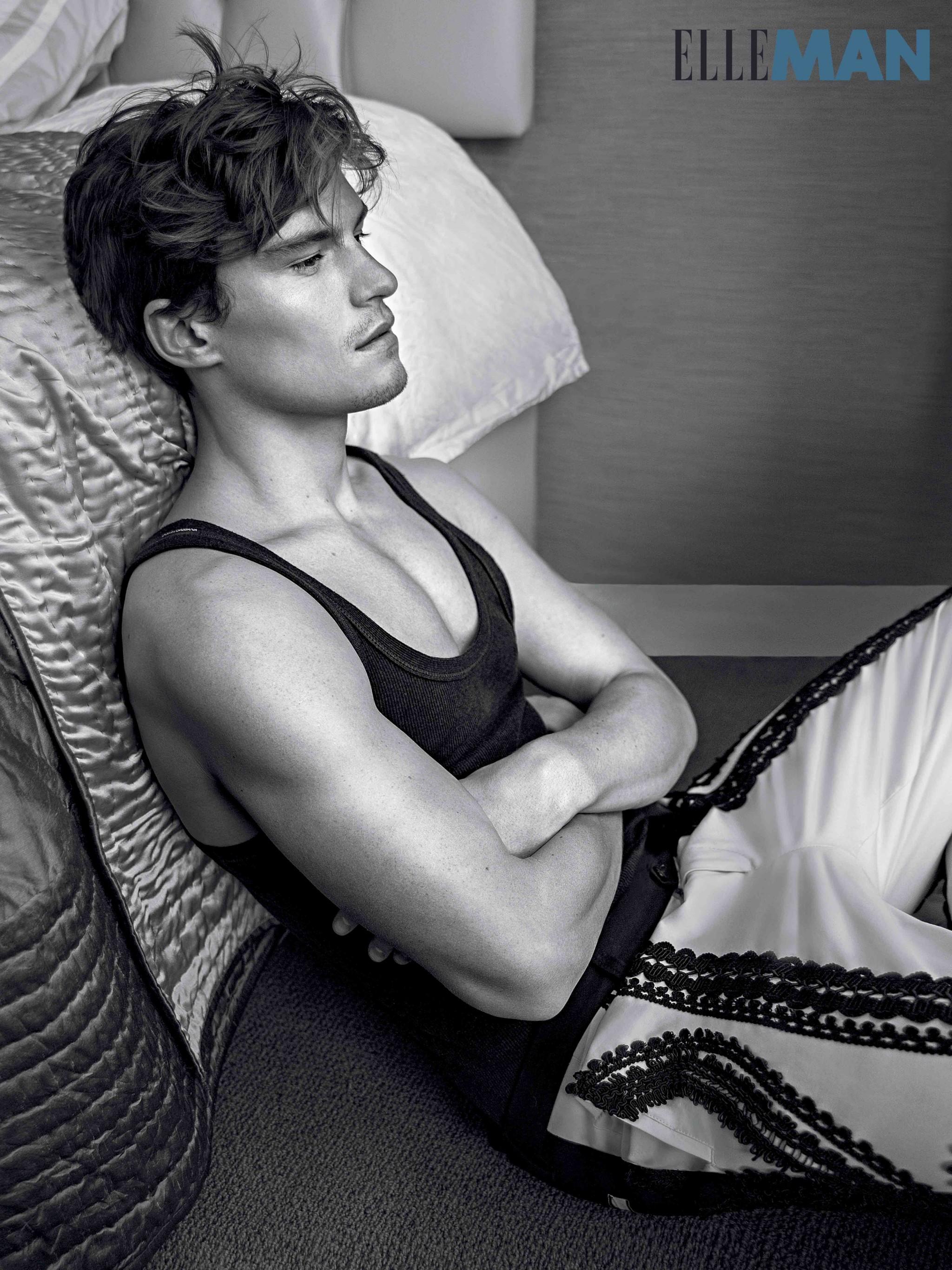 siêu mẫu nam trong trang phục Dolce & Gabbana