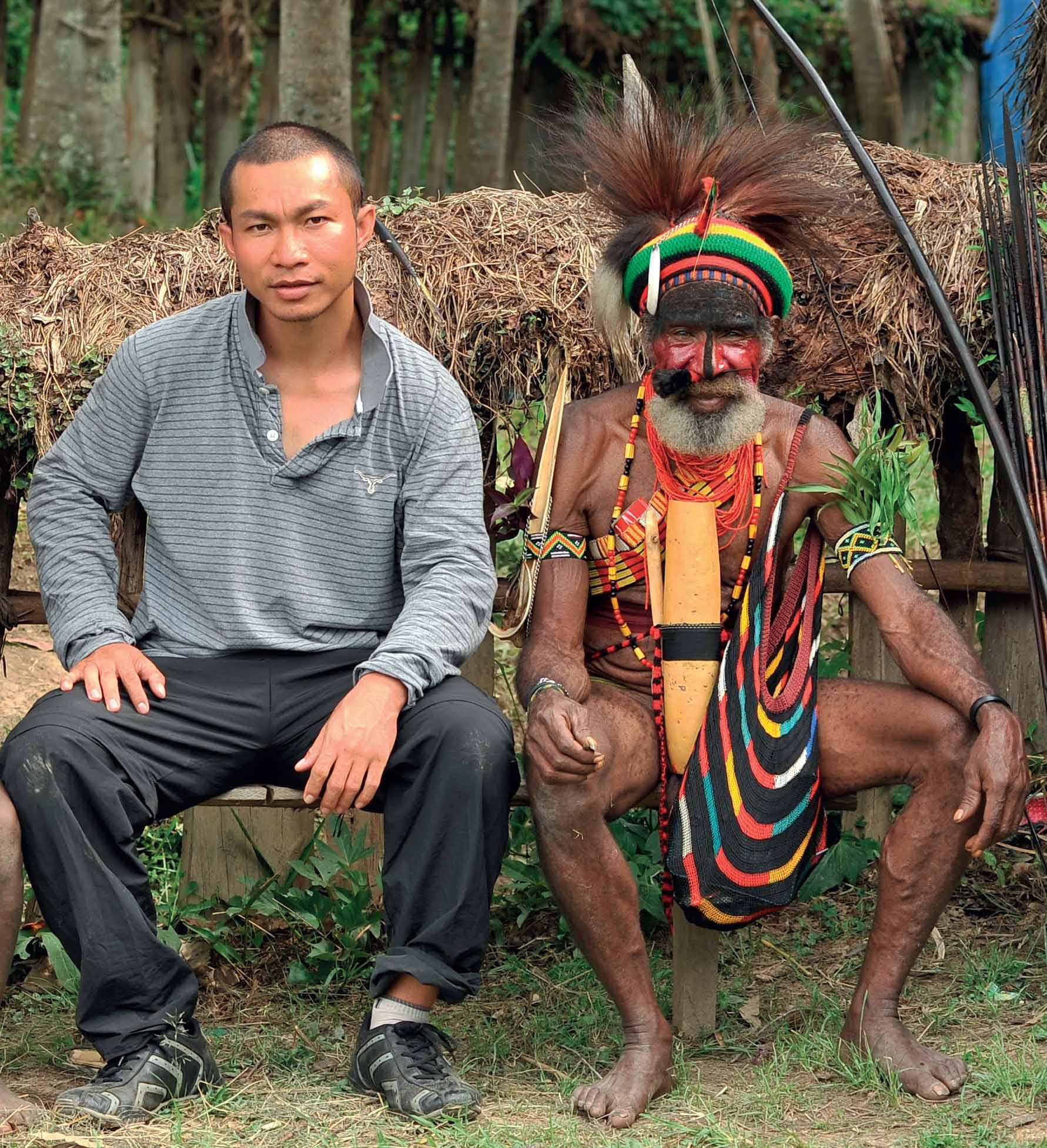 Tác giả cùng già Kerao thuộc bộ tộc Lani ở thung lũng Baliem