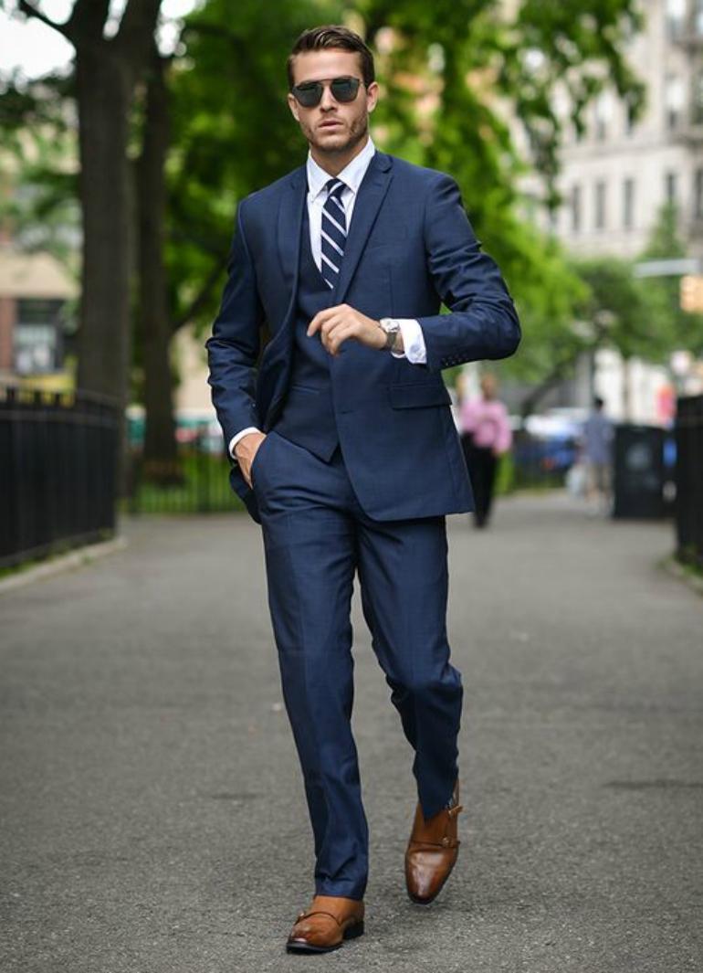 4 cách phối đồ với áo vest nam màu xanh-elle man6