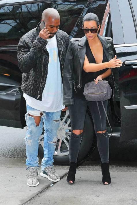 Kanye West mang giày Yeezy Boost 350 khi xuất hiện cùng vợ là Kim Kardashian