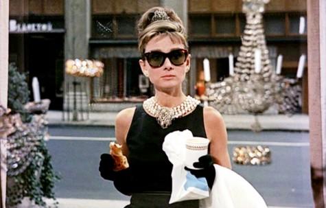 Nữ diễn viên Audrey Hepburn đeo mắt kính Rayban  Wayfarer
