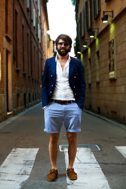 Cách phối áo vest xanh với quần short kaki nam