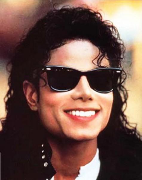 Michael Jackson đeo kiểu kính New Wayfarer