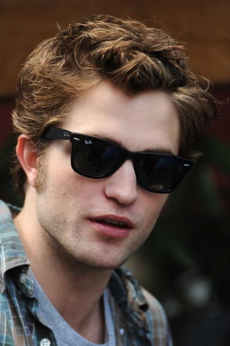 Robert Pattinson và mắt kính Rayban Wayfarer