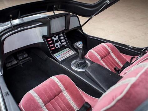 Buồng lái được thiết kế trông giống như một phòng trò chơi điện tử.