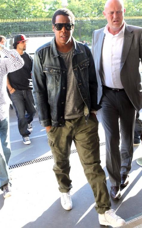 Jay Z chọn Adidas Superstar để làm điểm nhấn cho bộ trang phục bụi bặm đầy chất hip hop