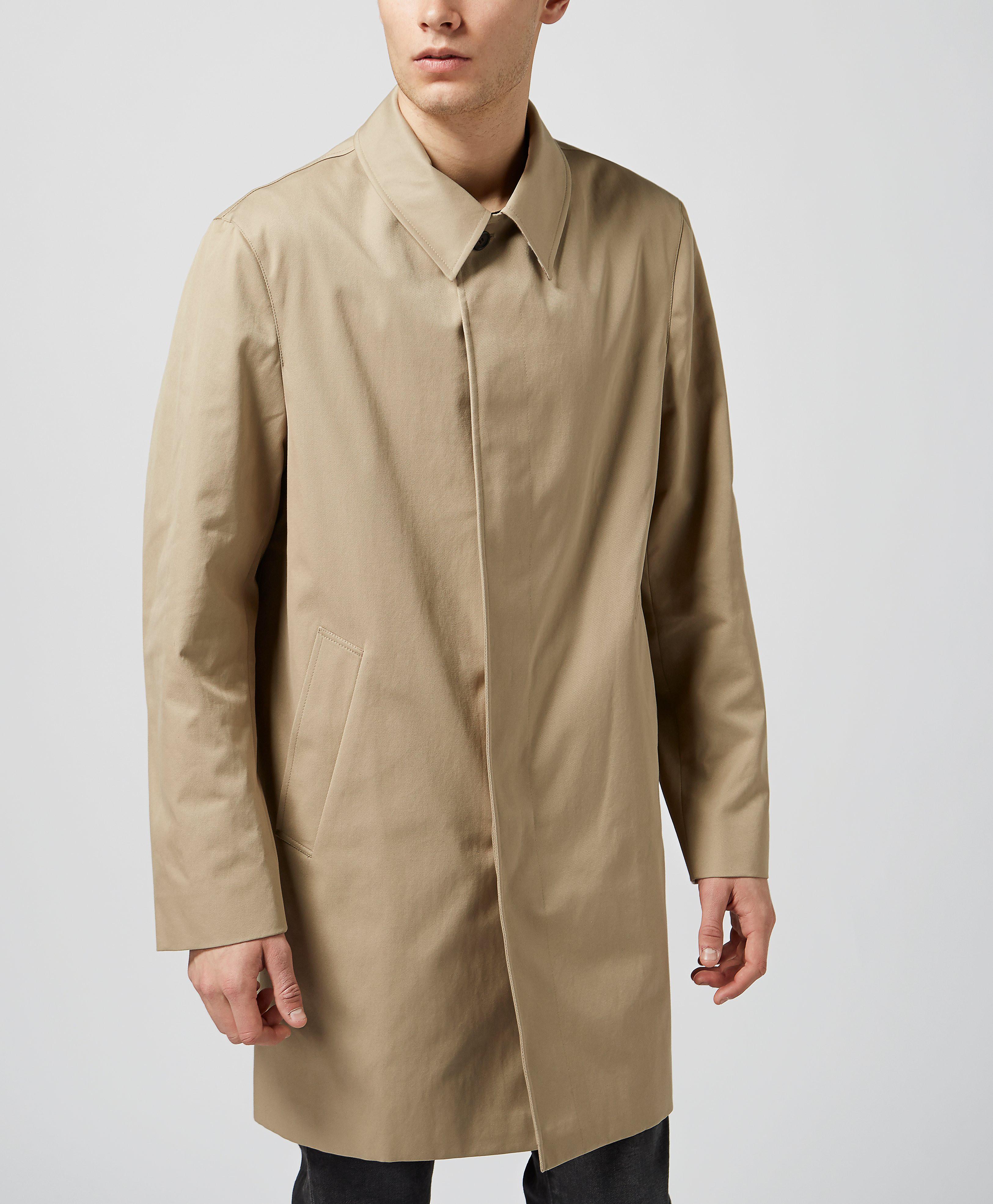 cách phối quần áo nam với áo đi mưa