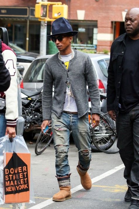 Pharrell Williams mặc chiếc cardigan xám quen thuộc shopping tại New York