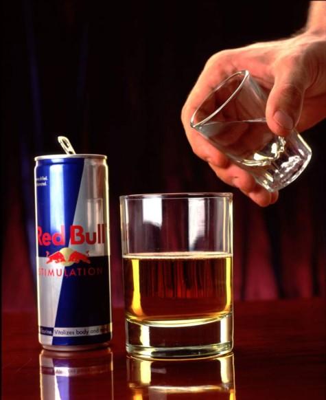 Vodka pha red bull là cách mix khá phổ biến với đa số thanh niên ngày nay