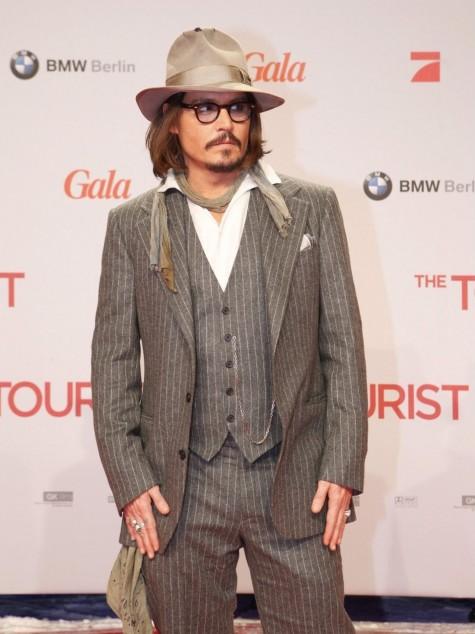 Phong cách diện suit rất đặc trưng của Johnny Depp