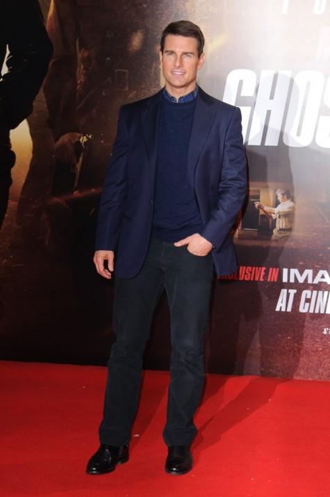 Tom Cruise trong bộ Tuxedo màu xanh navy