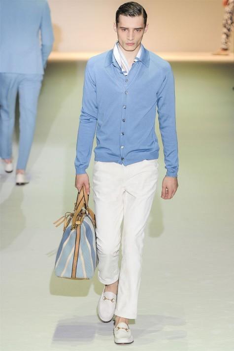 Cách kết hợp đậm chất mùa Thu với cardigan, sơ mi và khăn quàng nhẹ bên trong cùng giày Horsebit Loafer trắng đồng màu với quần