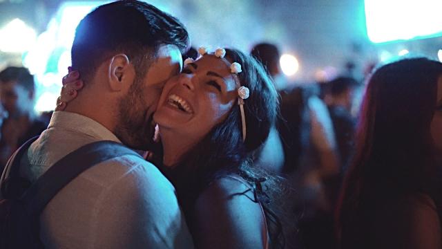 Nếu cả hai bạn đều yêu thích âm nhạc, concert của nghệ sĩ mà hai người đều thích có thể là một địa điểm hẹn hò thú vị