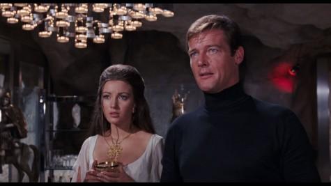 James Bond do Roger Moore thủ vai trong một cảnh hành động