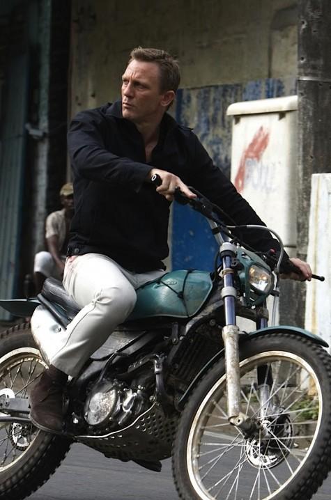James Bond với quần jean trắng