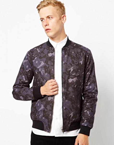 Bạn cũng có thể thử bomber jacket với họa tiết camos mang hơi hướng quân đội