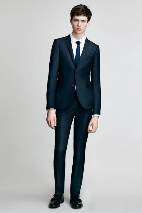 Bạn nên có một bộ suit trơn trong tủ cho những dịp lễ quan trọng