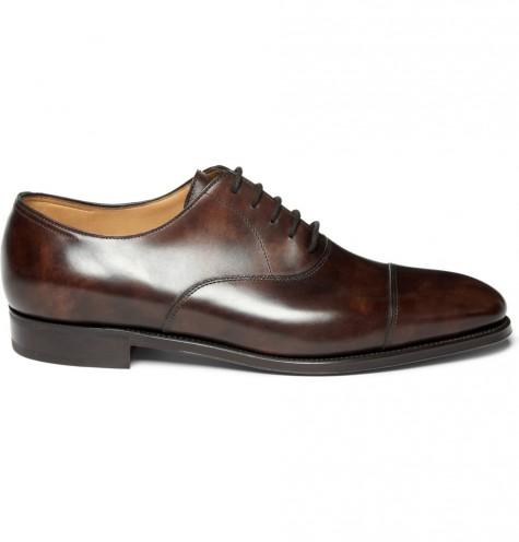 Một đôi giày tây có dây là rất cần thiết để trông bạn chỉn chu hơn với suit lịch lãm