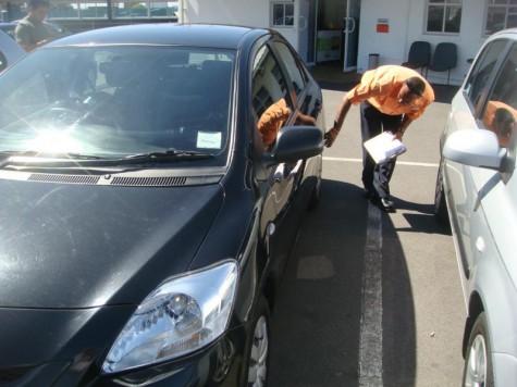 Xem xét, kiểm tra kĩ lưỡng nội-ngoại thất xe.