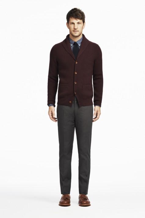 Kết hợp sơ mi với kiểu áo cardigan có cổ bẻ cùng điểm nhấn ở 2 túi