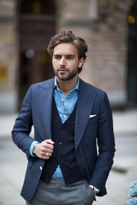 Cardigan kết hợp cùng sơ mi denim và áo khoác dạng vest của suit