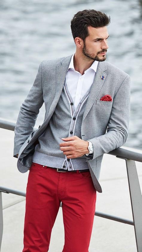Cardigan trẻ trung khi được mix cùng áo blazer cùng tông cùng quần kaki đỏ