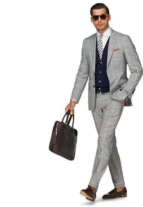 Cardigan tím than với suit xám ấn tượng