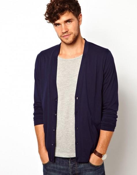 Cũng vẫn với chiếc cardigan màu tím than bạn vận trong những ngày công sở nhưng khi kết hợp với t-shirt bạn đã có một phong cách khác