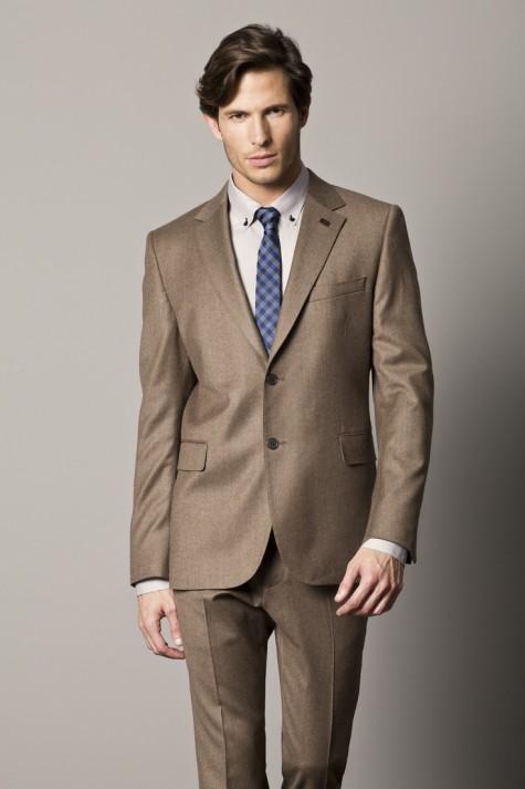 Nếu bạn có thân hình mảnh dẻ thì một bộ suit màu nâu sáng hơn cùng chất liệu hơi bóng có thể là một gợi ý cho bạn