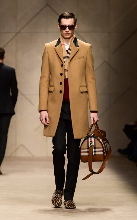 Lớp layer trong với sắc tối của đen và đỏ sẫm làm nổi bật điểm nhấn là chiếc áo măng tô màu nâu lạc đà