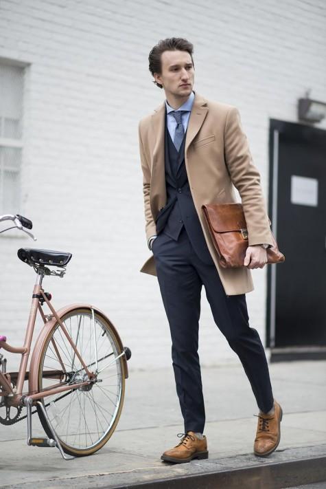 Bạn cũng nên thử một chiếc áo khoác dài màu nâu camel bên ngoài một bộ suit đơn sắc