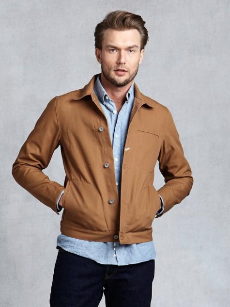 Nếu bạn là một chàng trai năng động, hãy nghĩ tới một chiếc jacket nâu sáng kết hợp với sơ mi xanh trẻ trung