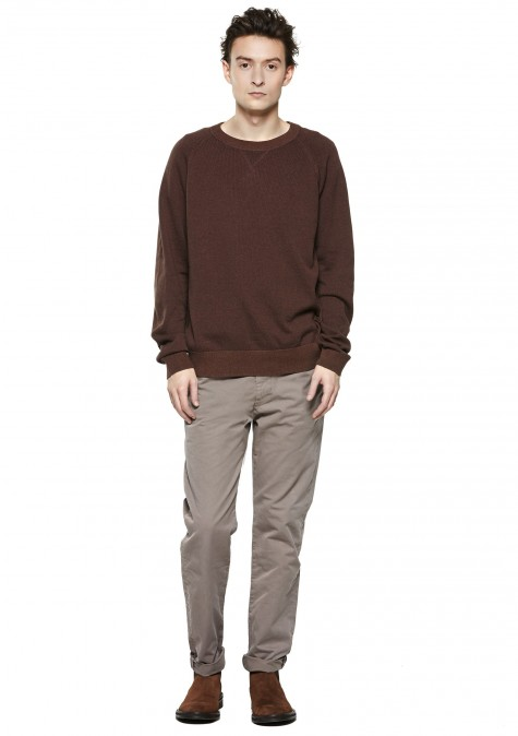 Tuy nhiên, nếu chiếc áo len của bạn có sắc độ nâu tối hơn, thì hãy chọn một chiếc quần sáng màu hơn như màu ghi chẳng hạn