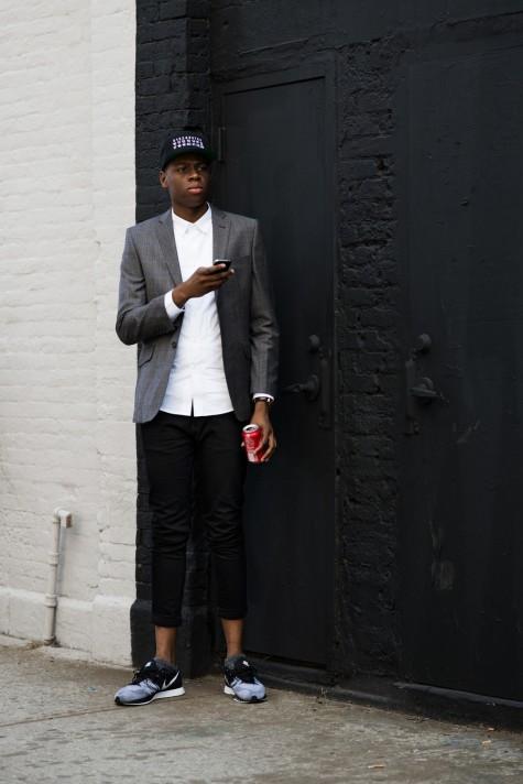 Quần jean xắn gấu cùng blazer và giày sneaker cũng không phải là lựa chọn tồi nếu cơ quan bạn khá thoải mái