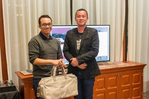Đại diện của Leica trao phần thưởng cho người có bức hình đẹp nhất