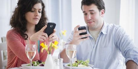 Bạn dùng bữa với người yêu hay chiếc điện thoại?