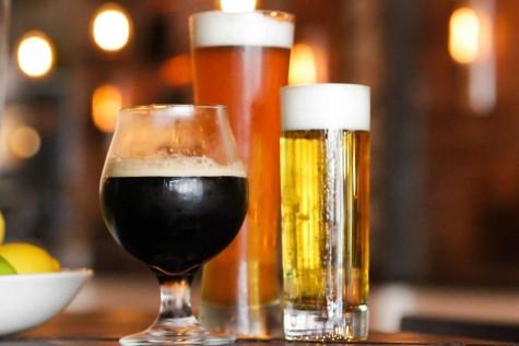 Ở các nhà hàng sang trọng luôn có nhân viên phục vụ việc rót bia vào ly cho bạn