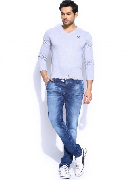Với phong cách đơn giản, chiếc quần jeans rộng rãi đi cùng áo trơn sáng màu tạo vẻ năng động và khỏe mạnh cho người mặc