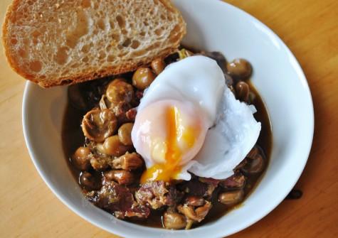 Bánh mỳ kèm đậu đỏ và trứng chiên