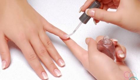 Nước sơn móng tay giúp vết rách trên quần áo không rộng ra thêm
