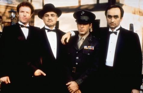 Từ trái qua: cậu con cả Sonny - Bố Già Vito Corleone - cậu con trai ít Michael - cậu con trai thứ Fedro.