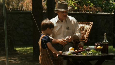 Giây phút cuối đời yên bình của Bố Già bên đứa cháu trai yêu quý.