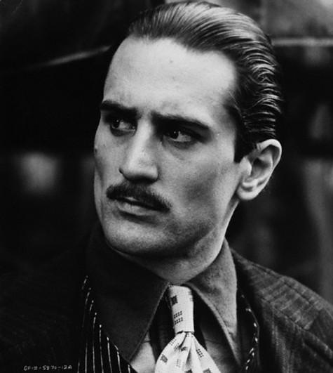 Bố Già Vito Corleone thời trai trẻ (vai diễn được thể hiện bởi nam diễn viên Robert de Niro).